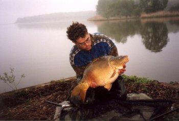 Een mooie spiegel met het pennetje op Etang de la Horre in 1999 momenteel zwemmen er gigantische karpers op dit betaalwater